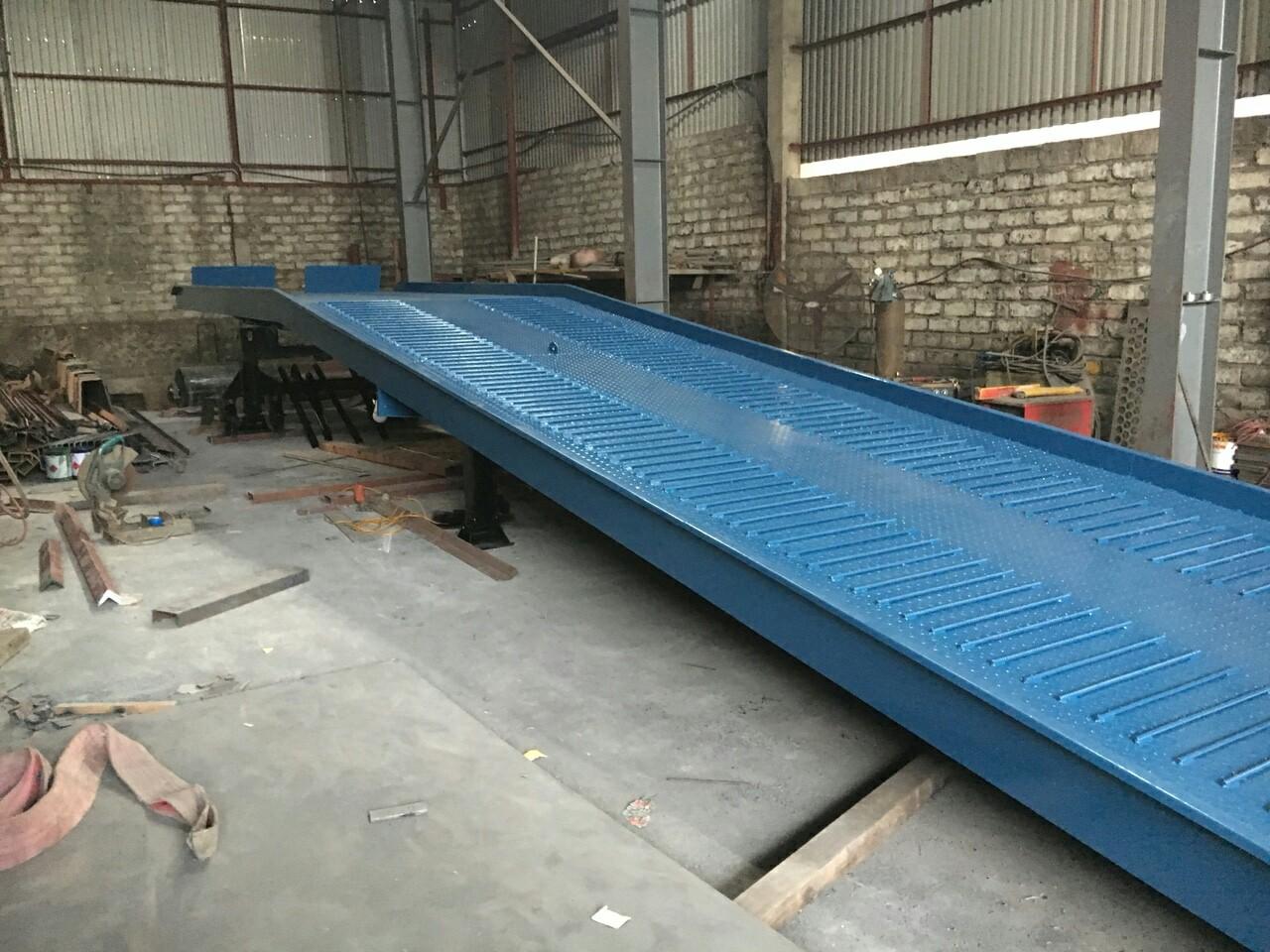 Cầu lên container sản xuất tại xưởng